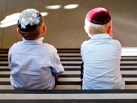 Zwei kleine Buben mit Kippa in einer Talmud-Thora-Schule in Hamburg