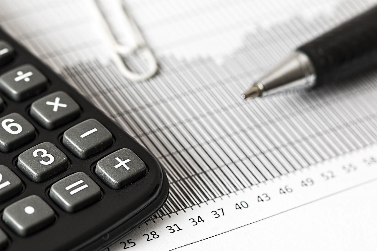 Versicherung Symbolbild Taschenrechner Kalkulationen