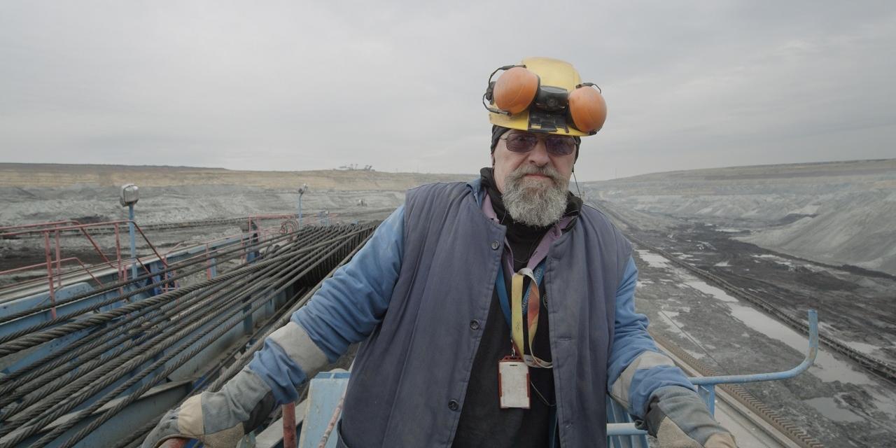 Bauarbeiter in Ungarn steht vor kahler Landschaft