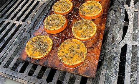 Orangen auf einem Zedernholzbrett