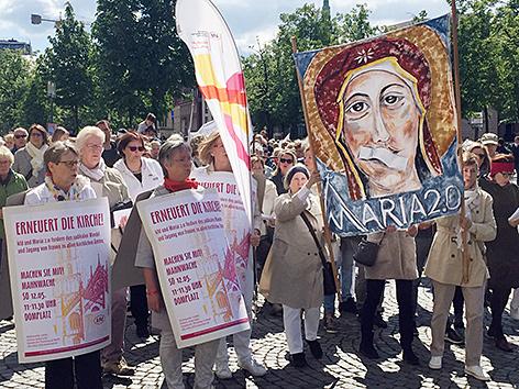 Mehrere Hundert Frauen und Männer bei einer Mahnwache vor dem Dom in Münster