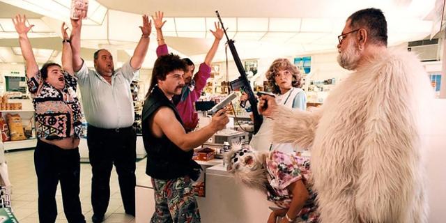 """Ausschnitt aus dem Film """"Muttertag"""": Mann mit Pistole im Supermarkt"""