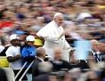 Papst Franziskus im Papamobil mit einigen Flüchtlingskindern
