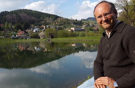 Der Astronom Thomas Posch am Počúvadlo See in der Nähe von Banská Štiavnica in der Slowakischen Republik