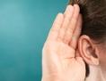 Ohr mit Hand/Zuhören