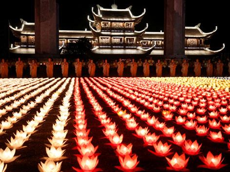 Kerzen auf einem Platz zum Vesakhfest in Vietnam