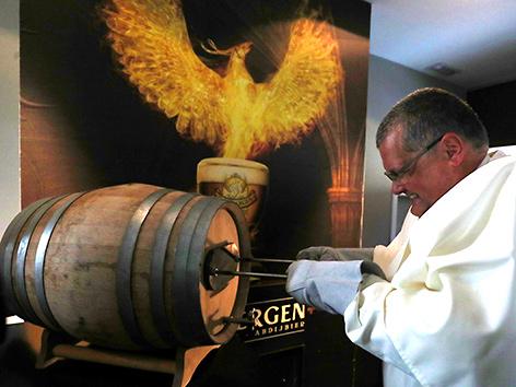 Pater Karel Stautemas bei Anstich eines Fasses Grimbergen-Bier