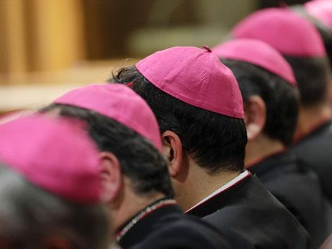 Die Köpfe italienischer Bischöfe in einer Reihe