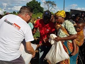 Caritas-Katastrophenhelfer Andreas Wenzel bei einer Nahrungsmittelverteilung in Mosambik