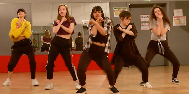 Tanzgruppe tanzt K-Pop