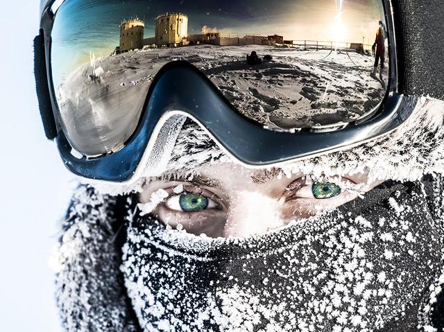 Carmen Possnig mit Schibrille (Reflexion) in der Antarktis