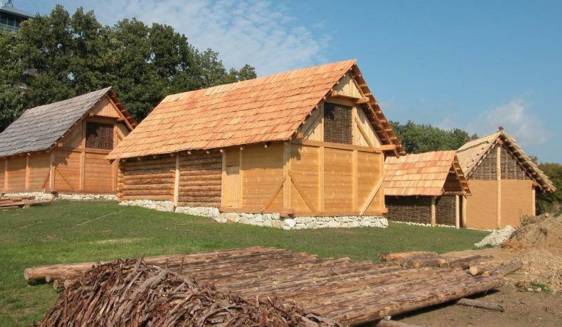 Rekonstruktionen keltischer Häuser im Freilichtmuseum Schwarzenbach in Niederösterreich