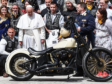 Papst Franziskus mit Harley Davidson