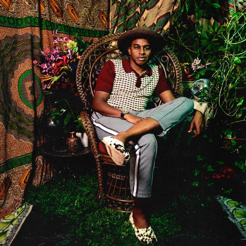 """Cover von Sinkane """"Dépaysé"""". Ahmed Gallab auf einem Wicker Chair, wie der auf dem Huey P Newton saß"""