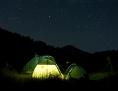 Ein Zelt in der freien Natur unter Sternenhimmel