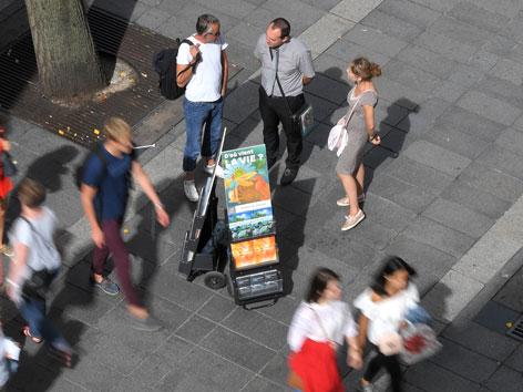 Zeugen Jehovas auf einer Straße mit Trolley