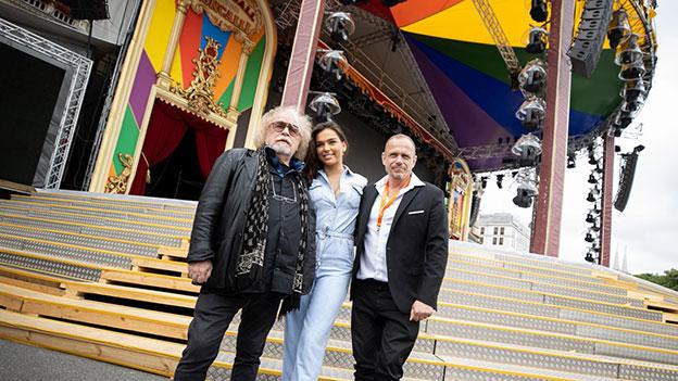 Life Ball 2019 Aufbauarbeiten am Rathausplatz:  Life Ball-Organisator Gery Keszler (R) und Zirkusdirektor Bernhard Paul mit seiner Tochter Lili