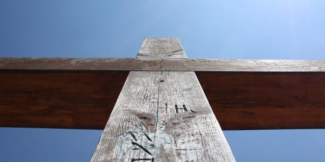 Kreuz vor blauem Himmel