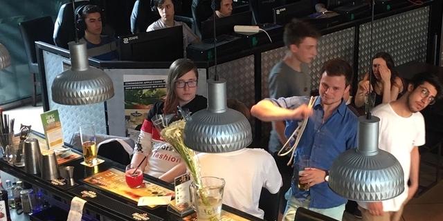Gäste und Spieler*innen der Respawn-Bar