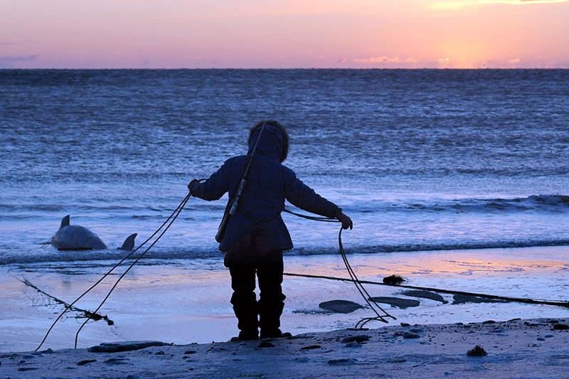 Sonnenuntergang: Inuit beim Fischen in Alaska