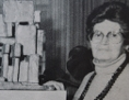 Margarethe Ottillinger mit Modell der Wotruba-Kirche.