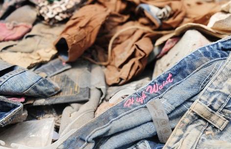 Weggeworfene Kleidung