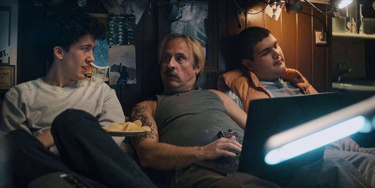 Die beiden Hauptdarsteller von How to Sell Drugs Online (Fast) und Bjarne Mädel als Drogendealer