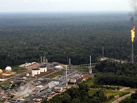 Ölraffinerie mitten im Urwald Brasiliens