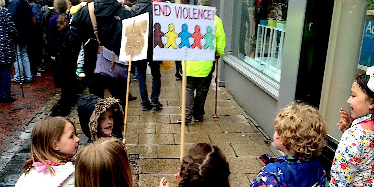 """Kinder mit """"No Violence"""" Pappschild auf der Anti-Rassismus-Demo"""