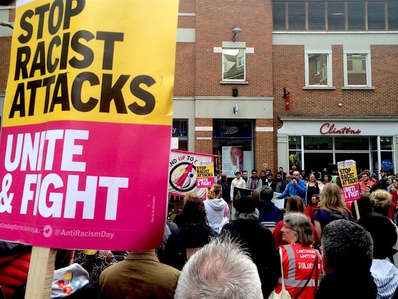 """Stand up to Racism"" Plakat auf der Demo"