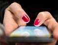 Eine Frau tippt auf einem Smartphone