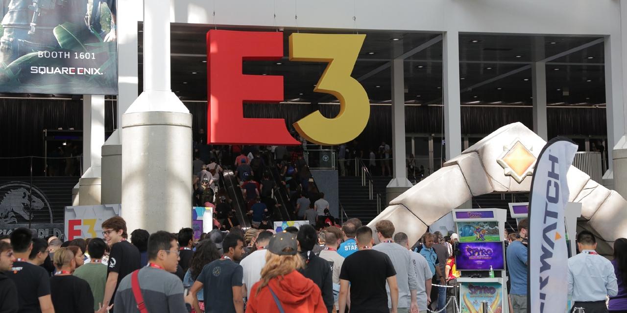 E3-Logo und Besucher*innen