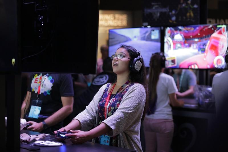 Ein Mädchen spielt auf der E3.