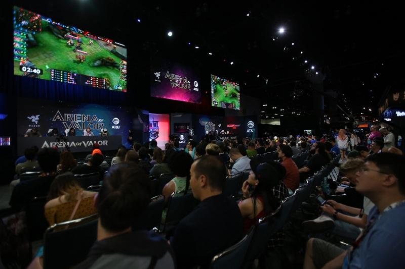 Publikum bei einer Pressekonferenz auf der E3