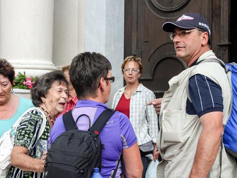 Peter Bärnthaler mit Pilgern vor Judenburger Kirche.