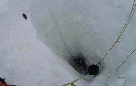 Abbildung 4: Mit 7.85 m ist der Schneeschacht am Hallstätter Gletscher der tiefste auf diesem Gletscher seit Beginn der Messungen im Jahr 2006 gegrabene