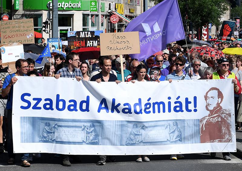 Eine Demonstration für die Freiheit der Ungarischen Akademie der Wissenschaften