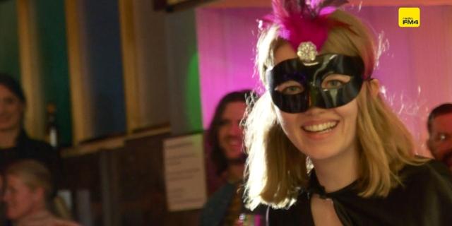 FM4 Redakteurin mit Maske