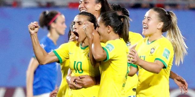 Brasilianisches Fußball-Team mit Marta
