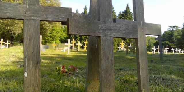 Holzkreuze auf einem Friedhof  https://www.flickr.com/photos/markhillary/507367091/