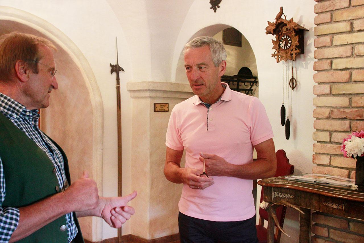 Klimaaktivist und Hotelier ernst Schrempf und der Bürgermeister von Michaelerberg-Pruggern Hannes Huber.