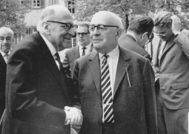 Soziologentagung in Heidelberg 1964: Horkheimer und Adorno im Vordergrund, Habers streicht sich im Hintergrund durchs Haar.