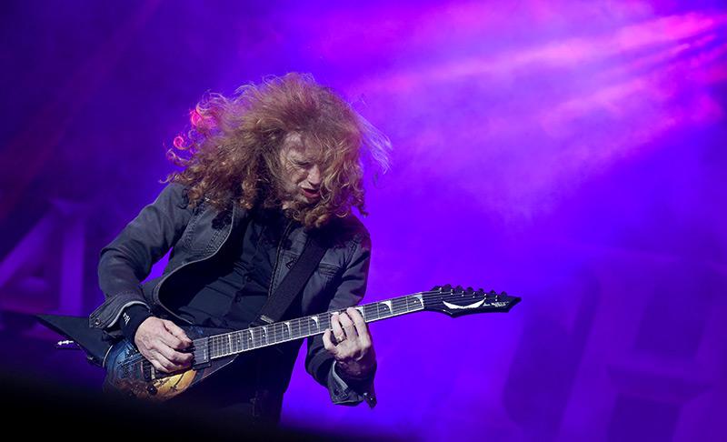Musiker Dave Mustaine schüttelt beim Gitarrensolo seine Mähne