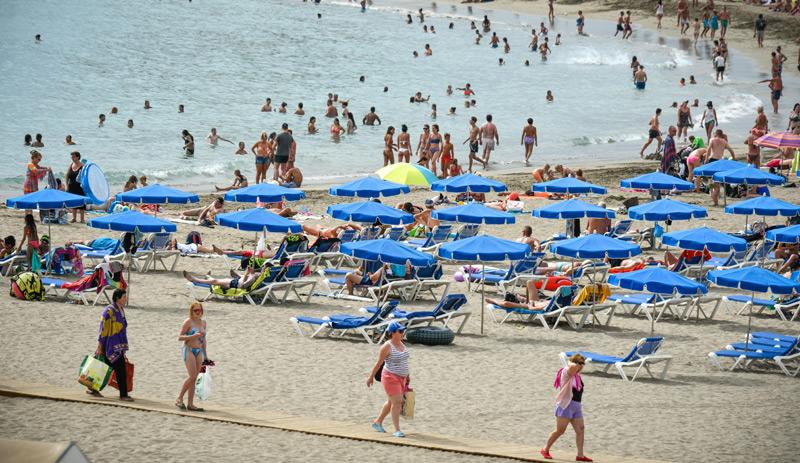 Strand mit Urlaubern auf Teneriffa