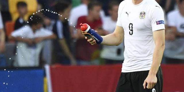 U21-Spieler mit leerer Trinkflasche