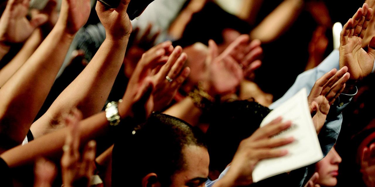 Nach oben gestreckte Hände bei einem Gottesdienst