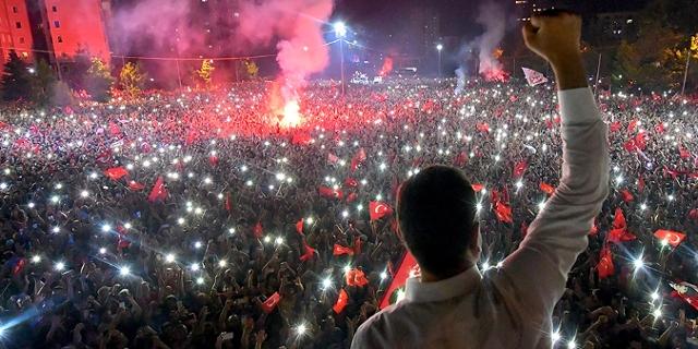 Ekrem Imamoglu lässt sich von Tausenden Anhängern und Anhängerinnen feiern