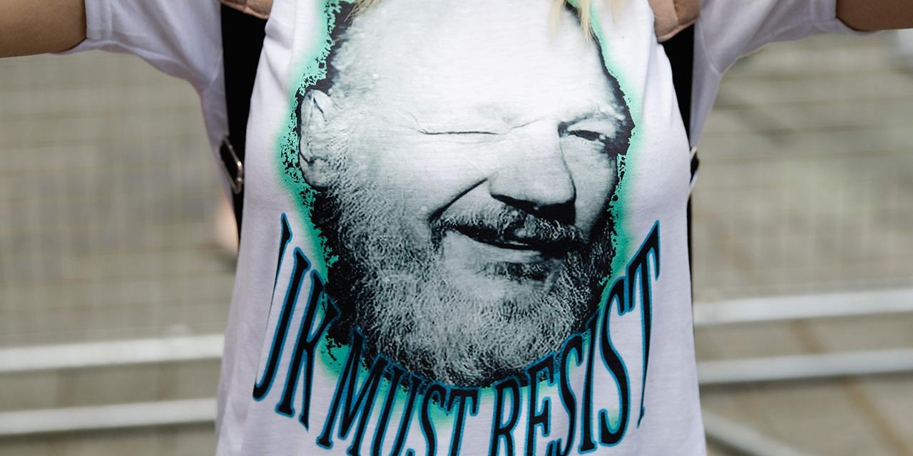 Assange auf dem Shirt einer Demonstrantin
