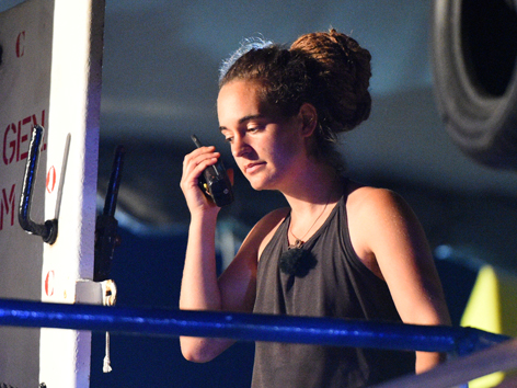 Carola Rackete mit Handfunkgerät Lampedusa
