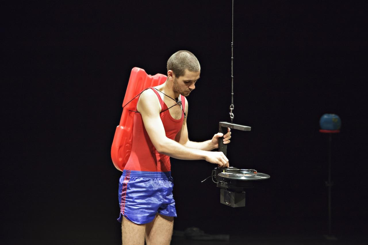 Louis Vanhaverbeke an einem von der Decke hängenden Plattenspieler